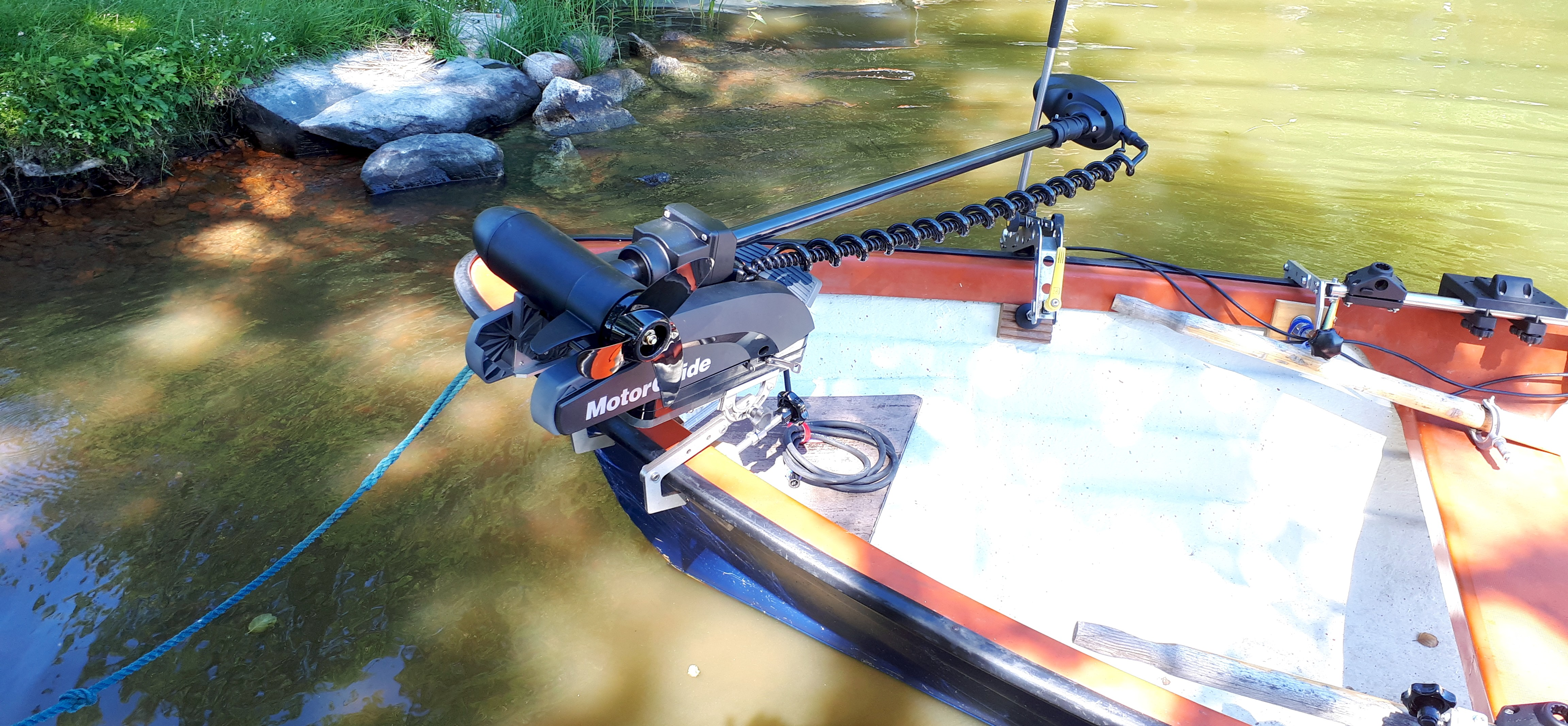 Spinnfischen in Schweden GPS-gesteuerter elektrischer Bugmotor Minn Kota Motorguide Bootsklammer Boot-Befestigung Bootshalterung