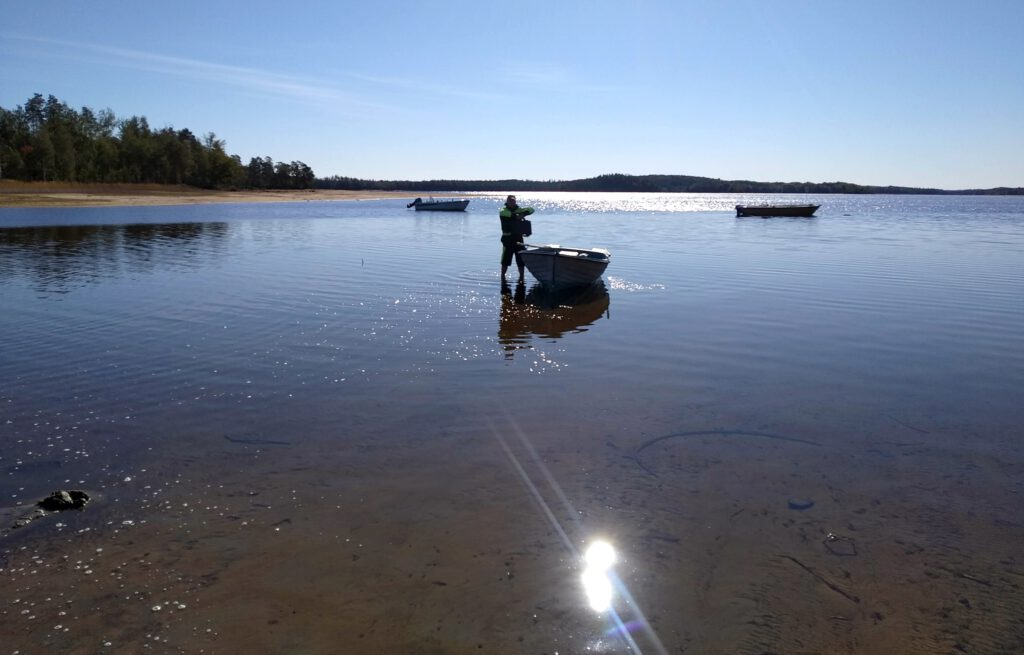 Fegen Boot bei niedrigen Wassertand beladen